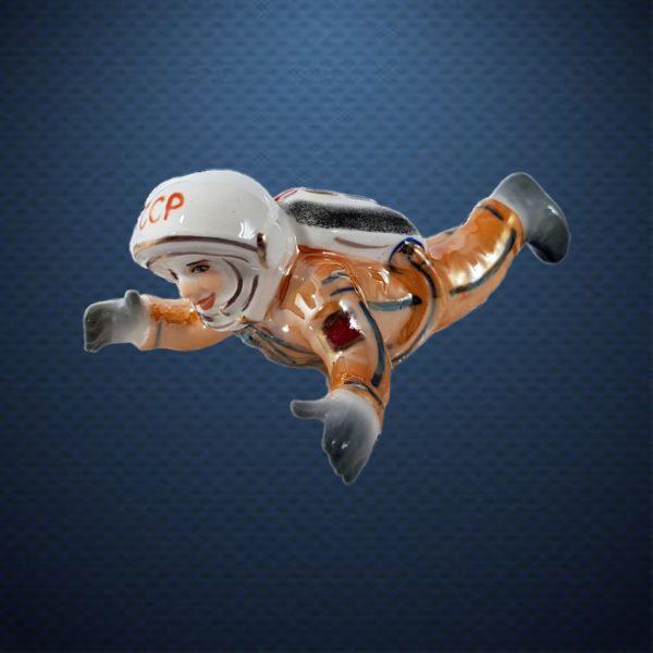 Фарфоровая елочная игрушка из серии КОСМОС Фарфоровая Мануфактура КОСМОНАВТ В НЕВЕСОМОСТИ